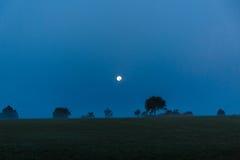 Pleine lune pendant la nuit images stock