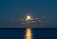 Pleine lune se levant au-dessus de l'Océan Atlantique Photo stock