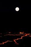 Pleine lune se levant au-dessus de la jante du volcan de bière anglaise d'Erta en Ethiopie Image stock