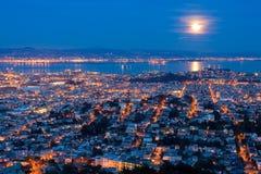 Pleine lune se levant au-dessus de San Francisco Photo libre de droits
