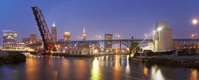 Pleine lune se levant à Cleveland Photo stock