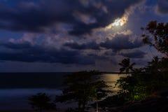 Pleine lune se levant des nuages photographie stock libre de droits