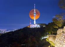 Pleine lune superbe avec la tour de Séoul à Séoul, Corée du Sud Photo libre de droits