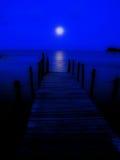 Pleine lune sur une jetée photographie stock