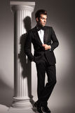 Pleine photo de corps d'un homme d'affaires fixant sa veste Image stock