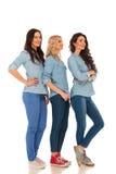 Pleine photo de corps de 3 femmes occasionnelles se tenant dans la ligne Image stock