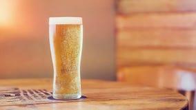 Pleine pinte régénératrice froide de bière blonde allemande images stock