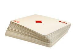 Pleine plate-forme de jouer des cartes avec l'as des diamants sur le dessus, sur le blanc Photos libres de droits