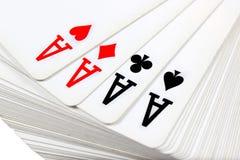 Pleine plate-forme de jouer des cartes avec quatre as sur le dessus Photographie stock