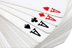 Pleine plate-forme de jouer des cartes avec quatre as sur le dessus Photo libre de droits