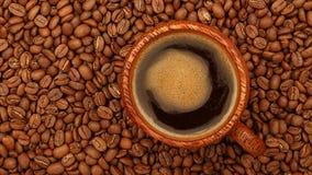 Pleine tasse de café noir au-dessus des haricots banque de vidéos