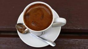 Pleine tasse de café turc noir sur la table banque de vidéos