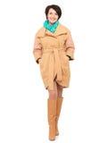 Pleine verticale de femme heureuse dans la couche beige d'automne avec le sca vert Photos stock