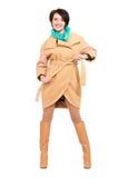 Pleine verticale de femme heureuse dans la couche beige d'automne avec le sca vert Photos libres de droits