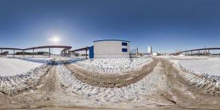 Pleine vue d'angle sans couture du panorama 360 dans la construction de site d'endroit de champ de neige d'hiver d'une usine d'ex photo stock