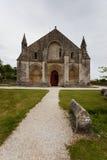 Pleine vue d'entrée principale d'église d'Aulnay de Saintonge Image stock