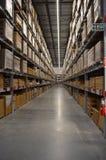 Pleines étagères stockées allumées d'entrepôt photographie stock
