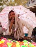 Pleines couleurs de couleur heureuse indienne d'homme de holi Photos libres de droits