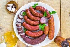Pleines diverses saucisses d'espèces de plat Image stock