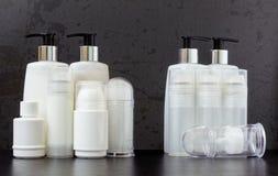 Pleines et vides bouteilles de produit de beauté photographie stock libre de droits