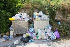 Pleines poubelles de déchets Photo stock