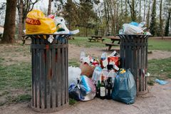 Pleines poubelles de rebut en parc public français Image libre de droits