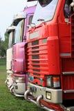 Pleins camions colorés stationnés photo stock