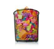 Pleins déchets avec le papier coloré sur le fond blanc Image stock