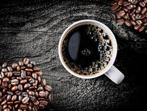Pleins grains de café de rôti avec du café fraîchement préparé Photo stock