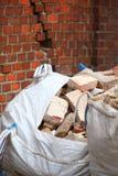 Pleins sacs de débris de déchets de construction Image libre de droits