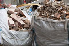 Pleins sacs de débris de déchets de construction photo stock