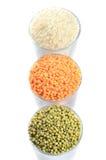 Pleins verres avec mung, lentille et riz Image libre de droits