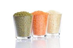 Pleins verres avec mung, lentille et riz Image stock