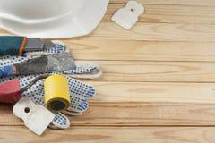 Pleisterende hulpmiddelen en witte helm op houten achtergrond Hoogste mening Royalty-vrije Stock Foto's