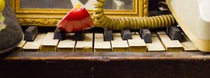 Pleiteklavier-Schlüssel, antikes Einzelteil Unter Verwendung es als Regal lizenzfreie stockbilder