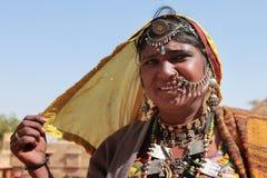 Plemienna kobieta ubierał up w tradycyjnym Rajasthani kostiumu Zdjęcie Stock