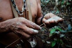 Plemienny starszej osoby Binan Tukum polowanie z jego synem dla małp w tropikalnym lesie deszczowym zdjęcie stock