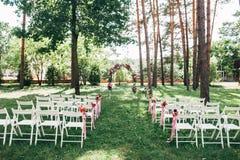 Plenerowa ślubna ceremonia, krzesła dekorował z kwiatami zdjęcie royalty free