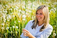 plenerowa dandelion kobieta obraz stock