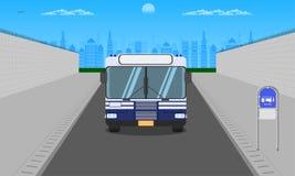 Plenerowa droga w miasto zmroku - niebieskie niebo frontowego widoku przystanek autobusowy przy stacyjnego słup lampy znaka horyz ilustracji