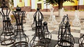 Plenerowa duża szachowa deska z melal kawałkami, plenerowy szachy w parku, Wielka szachowa gra na ziemi w parku zbiory