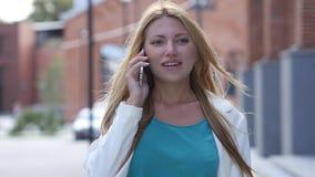 Plenerowa dziewczyna Opowiada na telefonie, Smartphone Zdjęcie Royalty Free