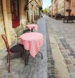 Plenerowa kawiarnia w starym miasteczku zdjęcie royalty free