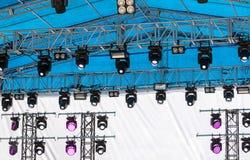 Plenerowa koncertowa scena z oświetleniowym wyposażeniem przed koncertem Zdjęcie Stock