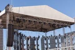 Plenerowa koncertowa scena z oświetleniowym wyposażeniem przed występem Sceny budowa Instalacyjna scena dla koncerta Obraz Stock