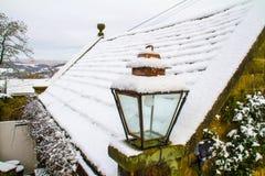 Plenerowa lampa z śnieg zakrywającym dachem Obraz Royalty Free