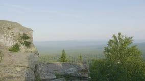 Plenerowa naturalna krajobrazowa perspektywa Masywne skały i widok dolina podczas lato czasu Widok od skał zbiory wideo
