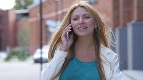 Plenerowa Piękna dziewczyna Opowiada na telefonie, Smartphone Obraz Royalty Free
