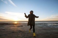 Plenerowa portret dziewczyna w żakiecie chodzi na jeziorze, dziewczyna w szaliku Obrazy Stock