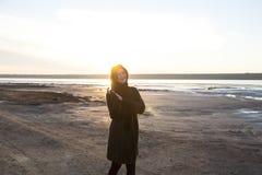 Plenerowa portret dziewczyna w żakiecie chodzi na jeziorze, dziewczyna w szaliku Obraz Royalty Free